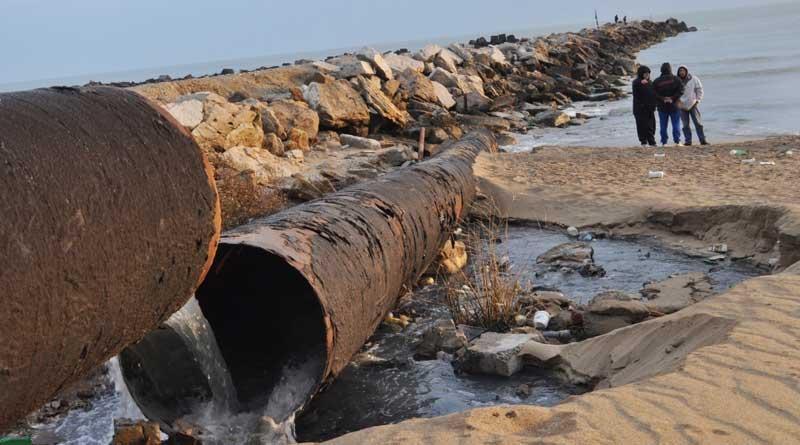 Сброс сточных вод в Каспий. Фото РИА Дагестан