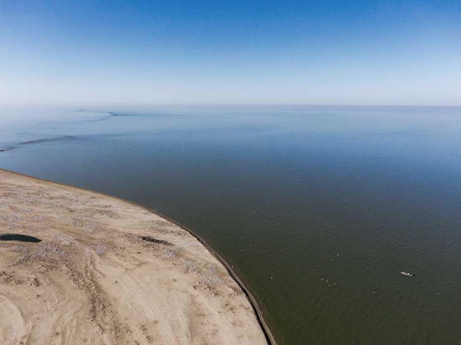 Лодка, подходящая к острову Малый Жемчужный. Фотография Максима Перковского.